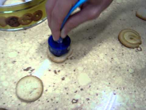 Taking biscuits with Vuototecnica Bernoulli suction cups: cleaning and assuring the gripping