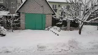 Автомобиль застрял в снегу. Пытаемся выехать