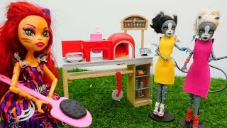 Toralei abre el café Monster High. Vídeos para niñas.