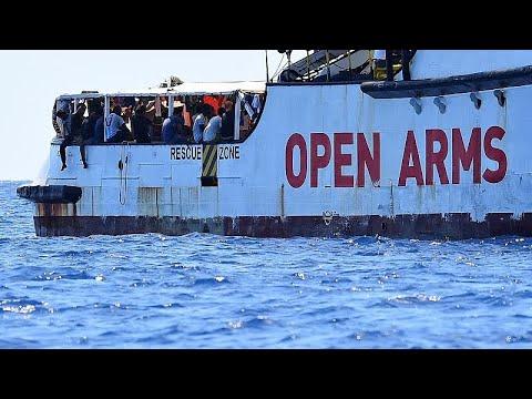 العرب اليوم - شاهد: إسبانيا تعرض استقبال المهاجرين العالقين على متن سفينة إنقاذ في إيطاليا وأوبن آرمز ترفض