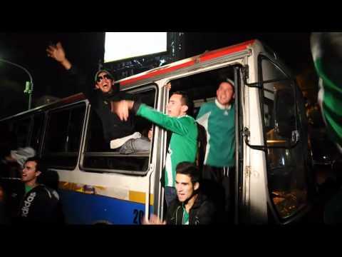 Así llegaban los hinchas verdolagas a Liniers, su bus irradiaba alegría y pasión