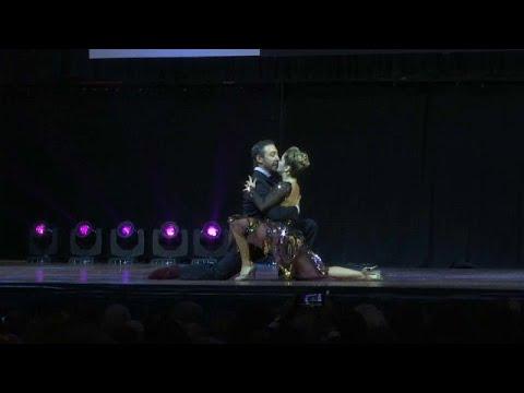 العرب اليوم - شاهد : متسابقان روسيان يتصدران مراكز بطولة العالم لرقص التانغو