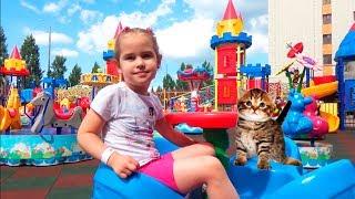 Дети играют на детской площадке Игры для детей Kids outdoor playground Amusement park