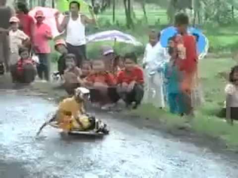 Khỉ bốc đầu xe máy