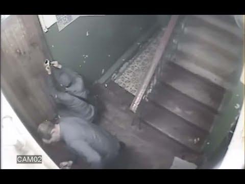 Как работают воры домушники. Видео  взлом двери ворами свертышем.