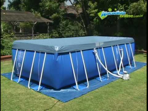 piscina de plastico em cima da grama