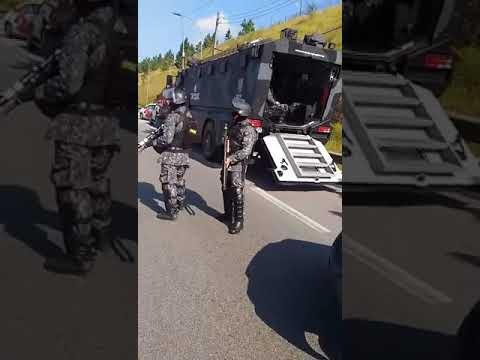Manifestantes e Polícia Militar a queima roupa