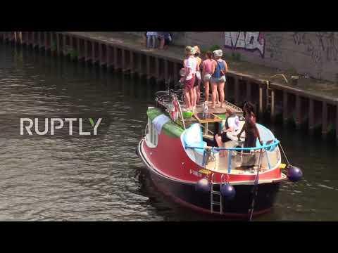 Germany: Counter protesters splash far-right in Spree display