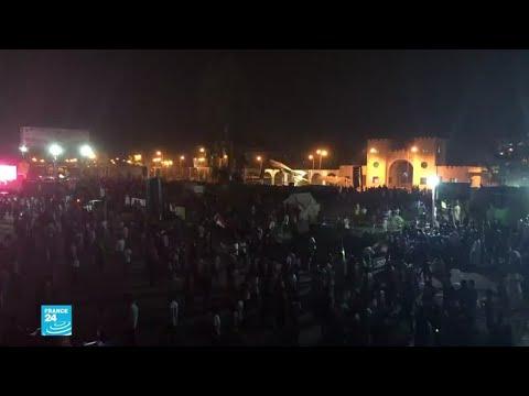 العرب اليوم - شاهد: آلاف المتظاهرين في الخرطوم يطالبون بتسليم السلطة إلى حكومة مدنية