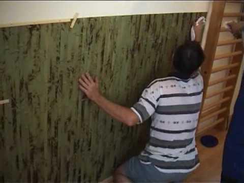 Incollagio del tappeto di bambù in tono con il parquet di bambù.