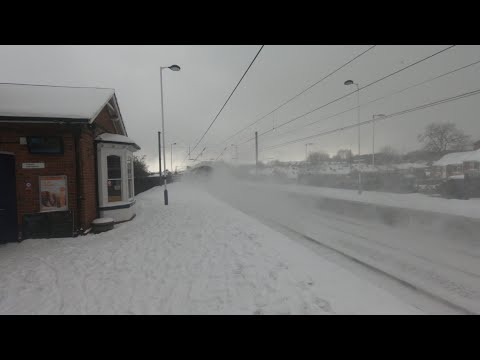 91110 'Lest We Forget' speeds through a snowy Chester-le-Str…