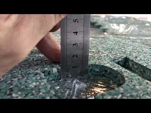 Резка рулонного покрытия из резиновой крошки толщиной 10мм осциллирующим ножом.