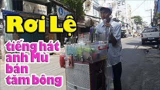 Tặng 200k &mua đồ giúp anh Mù hát dạo bán tăm bông ở Sài Gòn