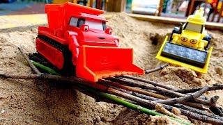 Мультики про машинки. Игры в песке на детской площадке
