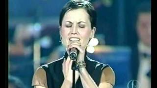 Dolores O´Riordan Analyse Live Vaticano 2001 ¡Merry Christmas And Happy New Year!