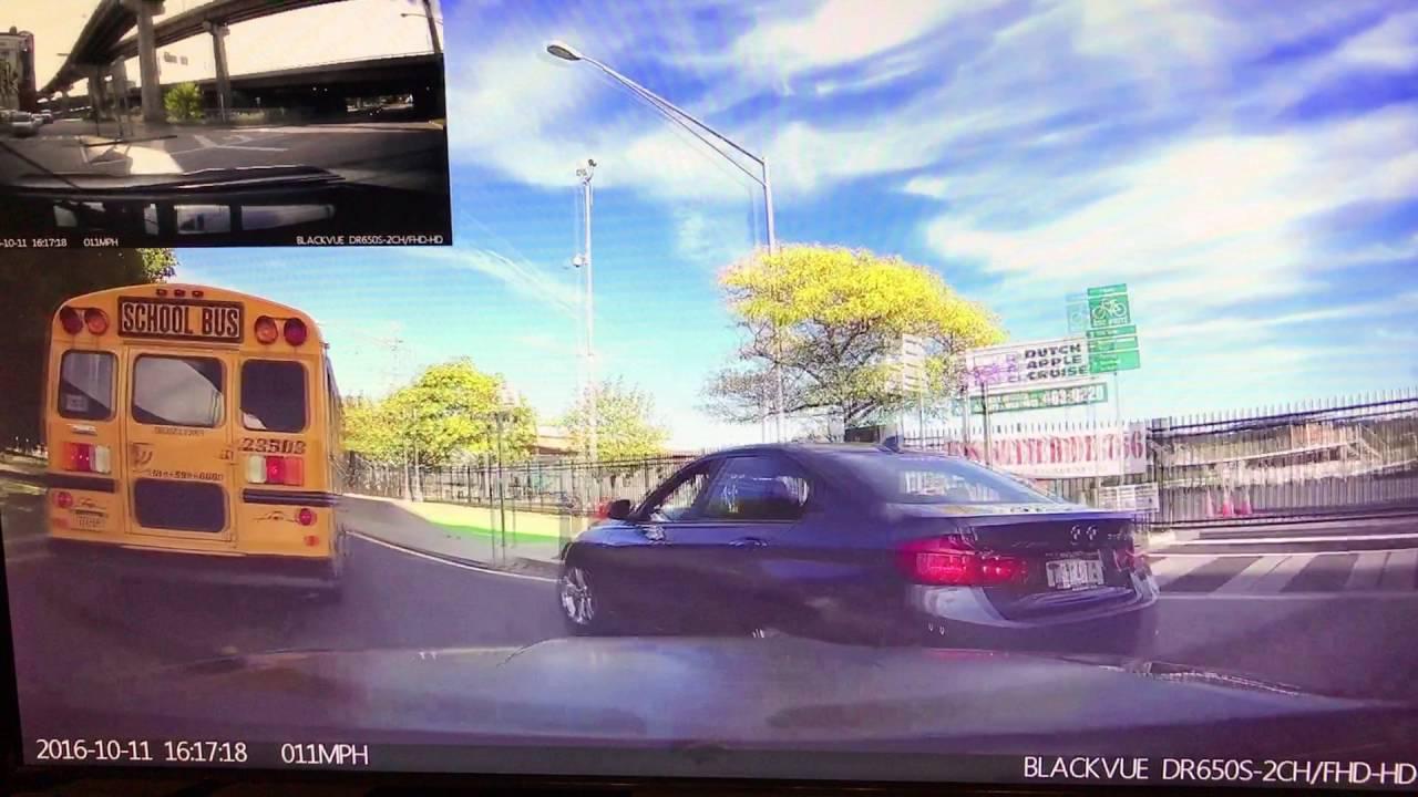 Нетерпеливый водитель БМВ врезался в отбойник и школьный автобус