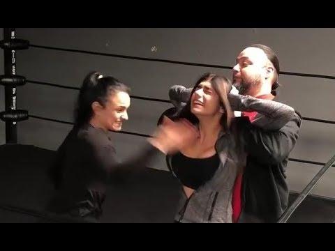 Luchadora golpea a Mia Khalifa en los senos (2 veces)