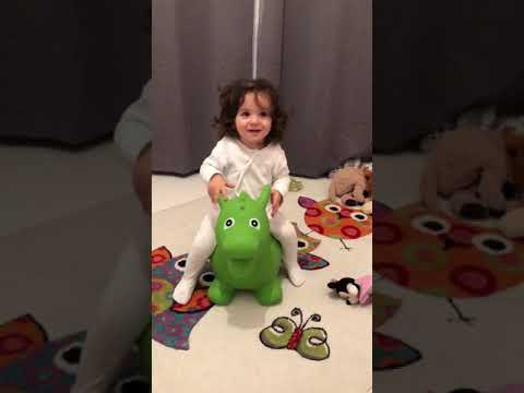Baby auf Hüpftier KUZI hüpft