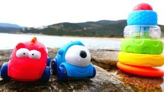 Машинки для детей собирают Пирамидку в песке - Видео с игрушками