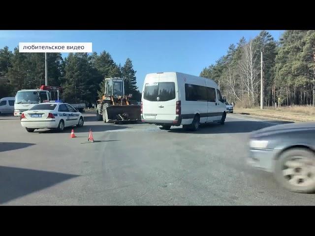 Трактор столкнулся с микроавтобусом