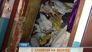 В Перми пенсионерку с сыном выселили из квартиры из-за гор мусора
