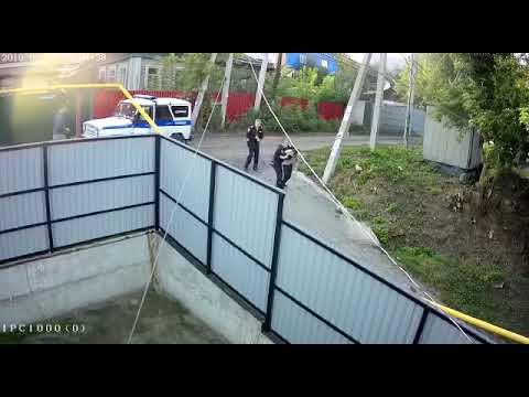 Полицейские избили прохожего в Октябрьском районе