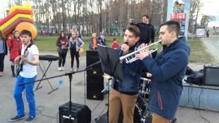 В Сыктывкаре уличные музыканты спели песню - Такого как Путин
