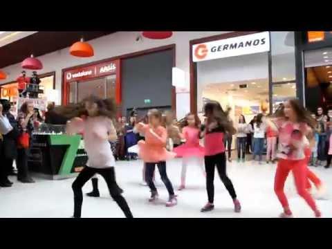 Flash-mob Ziua Femeii by TDC @ Cora