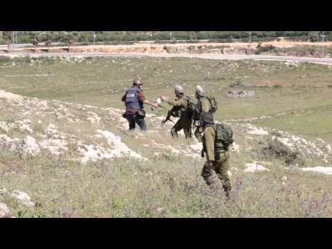 جنود الاحتلال ينكلون بمصورين صحفيين فلسطينيين في النبي صالح غرب رام الله يوم الجمعة 24 نيسان 2015