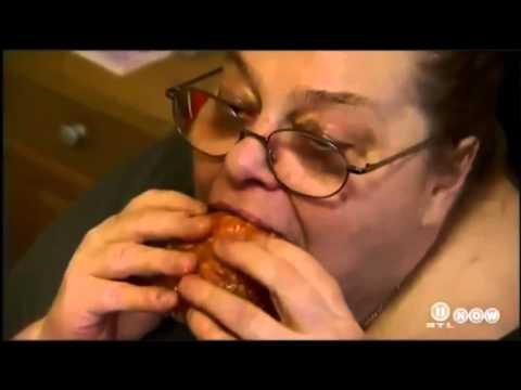 Fette Frau frisst Mettwurst