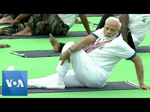 भारत के प्रधान मंत्री मोदी ने अंतर्राष्ट्रीय योग दिवस पर रास्ता छोड़ा
