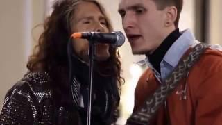 Солист Aerosmith Стивен Тайлер подпел уличному музыканту в Москве