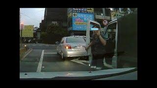 國道上貨車逼車!! 結果下一秒貨車駕駛的反應讓後車駕駛與乘客笑翻!!貨車 VS TOYOTA (ROAD RAGE)