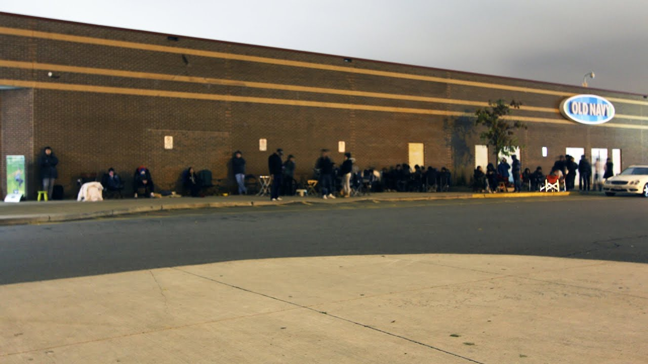 IPHONE 4S HUGE LINE (Apple Store Lineup) Launch Day thumbnail