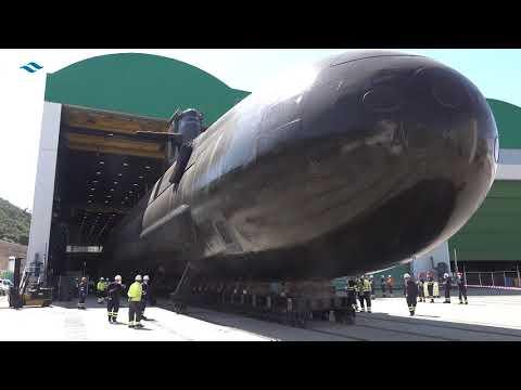 Maniobra de puesta en dique del submarino S-81 de Navantia