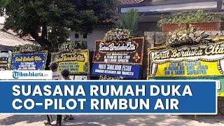 Suasana Rumah Duka Co-Pilot Pesawat Rimbun Air yang Jatuh di Papua, Tampak Dipenuhi Karangan Bunga