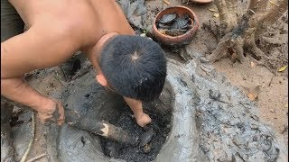 Primitive technology with survival skills traps crabs in mangroves and seeks fresh water at sea