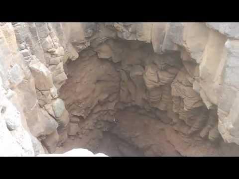 شاب سعودي ينزل في حفرة عمقها 80 متراً