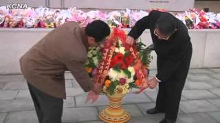 金日成主席と金正日総書記の銅像に朝鮮赤十字大会の参加者が花かご