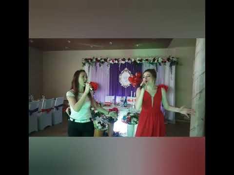 Тамада поёт с невестой