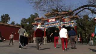 Video : China : Fun in JingShan Park, Beijing - video
