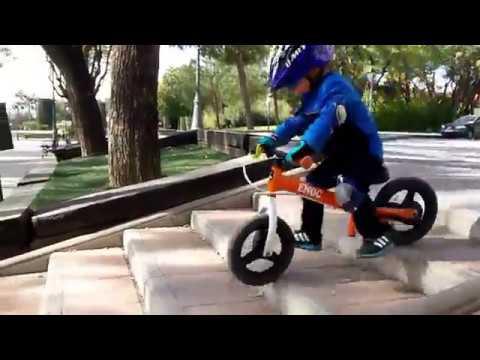 El niño de 2 años y su bici sin pedales