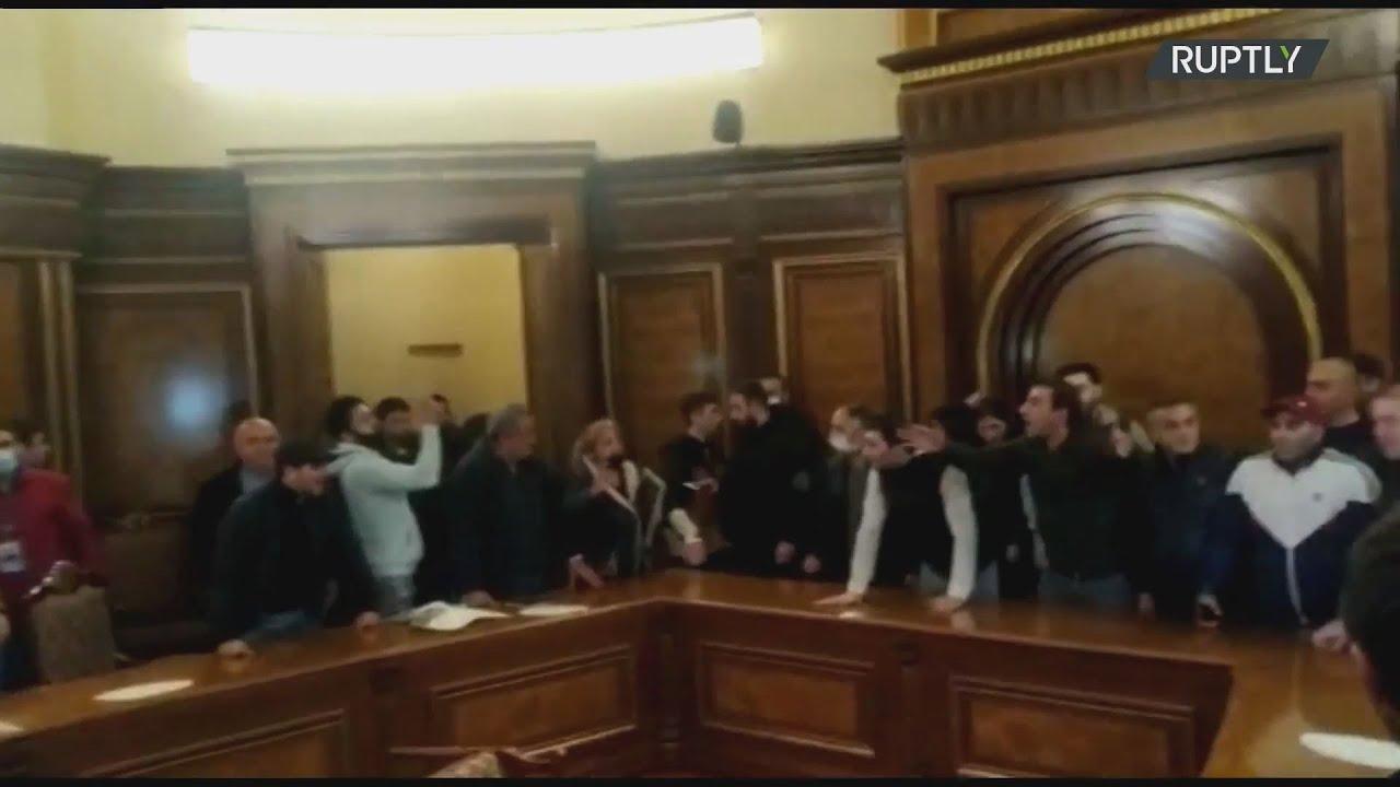 Aρμενία: Έξαλλο πλήθος εισέβαλε στο κοινοβούλιο καταγγέλλοντας τη συμφωνία για το Ναγκόρνο Καραμπάχ
