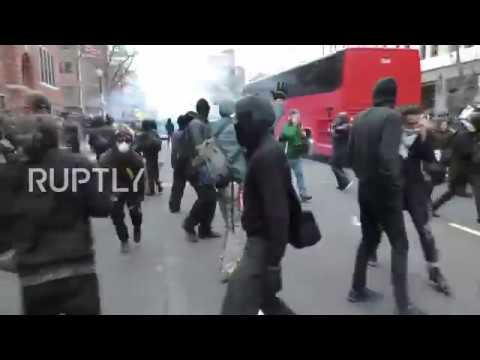 USA: Riot police use tear gas against anti-Trump protesters in DC