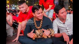 Việt Nam - Philippines: Hàng nghìn cđv đứng hát quốc ca tại Phố Đi Bộ