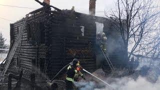 Пожарные носили женщин на руках.