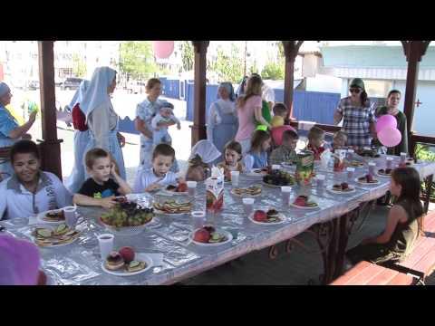 Благословение и вручение подарков детям из многодетных семей перед новым учебным годом. Сюжет 7.