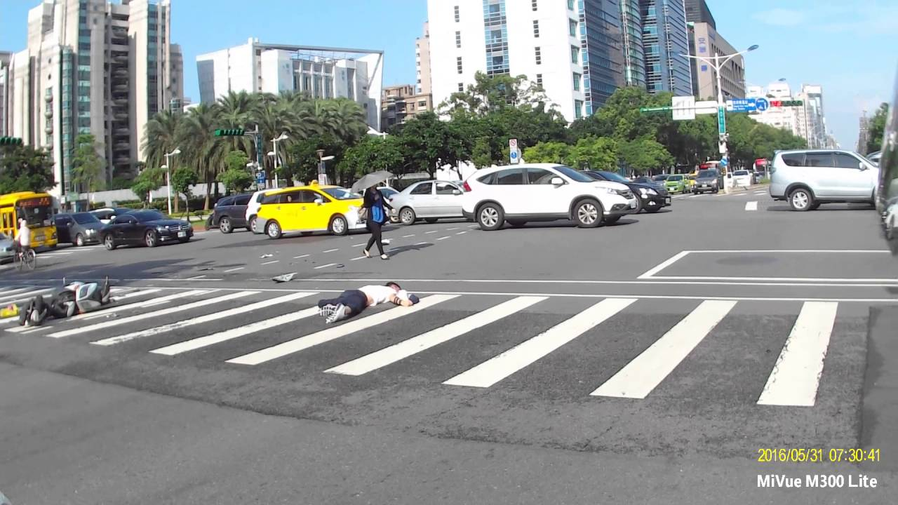 Жесткое столкновение китайских мотоциклистов на перекрестке