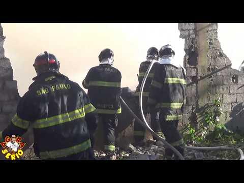 Chegada dos bombeiros para conter o Incêndio na Loja de Auto Peças do Mineiro na Entrada da Cidade