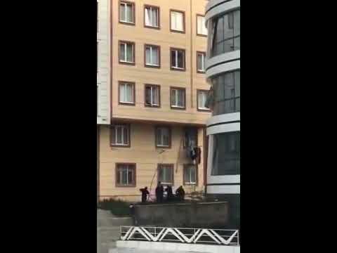 Ребенок, оставленный без присмотра, вывалился из окна